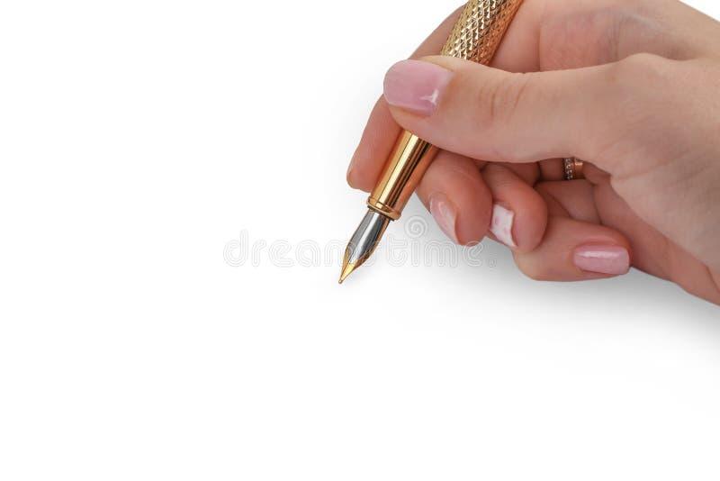 Elegant guld- pläterad affärsreservoarpenna i kvinnahanden som isoleras på vit isolerad bakgrund royaltyfria foton