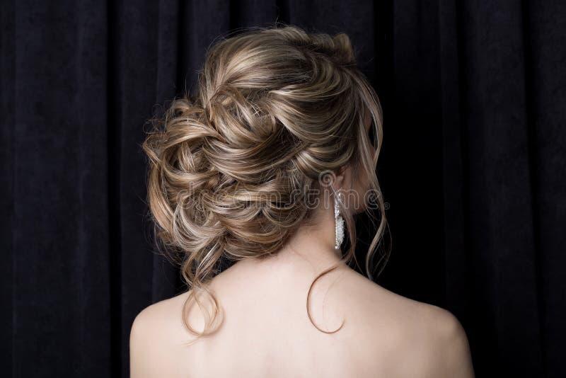 Elegant härlig flickabrud med en härlig festlig hårbrud i en bröllopsklänning med prydnader på huvudet, stor crystal earr royaltyfria foton