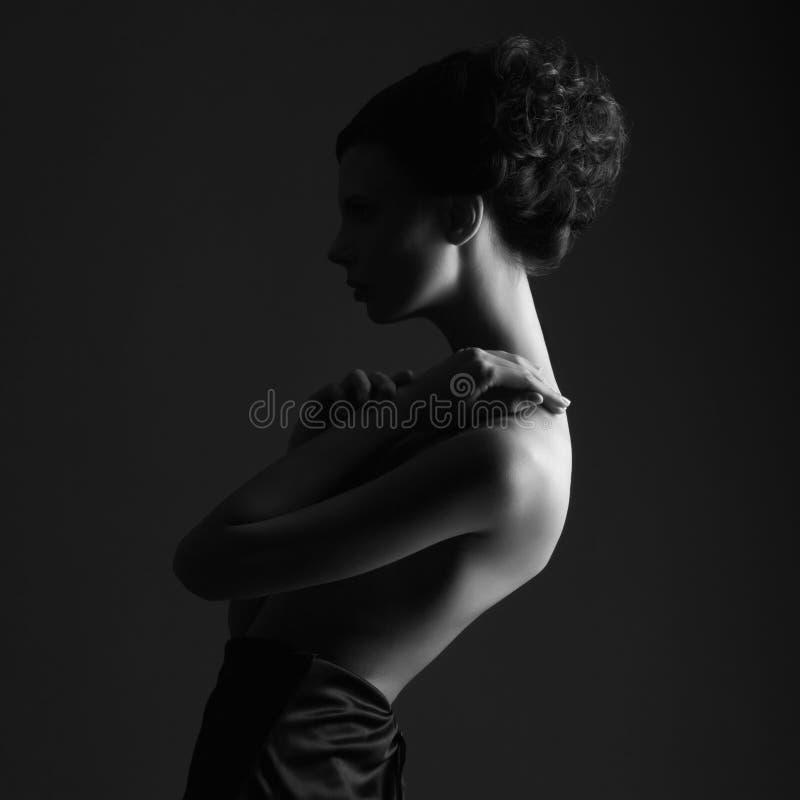 Elegant härlig ung kvinna för modestående royaltyfri fotografi
