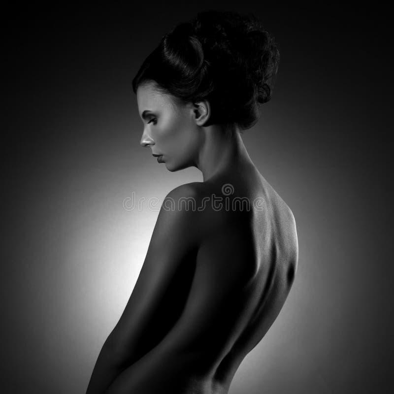 Elegant härlig ung kvinna för modestående arkivfoto
