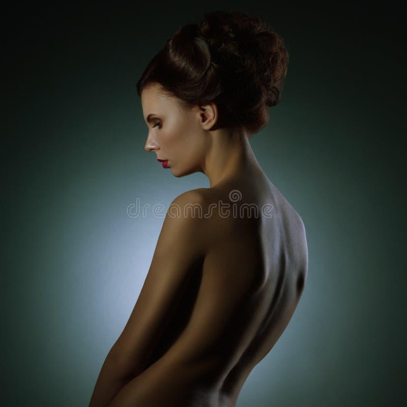 Elegant härlig ung kvinna för modestående royaltyfri bild