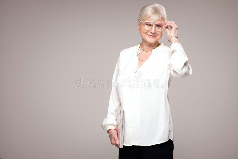 Elegant hög kvinna i studio arkivbilder