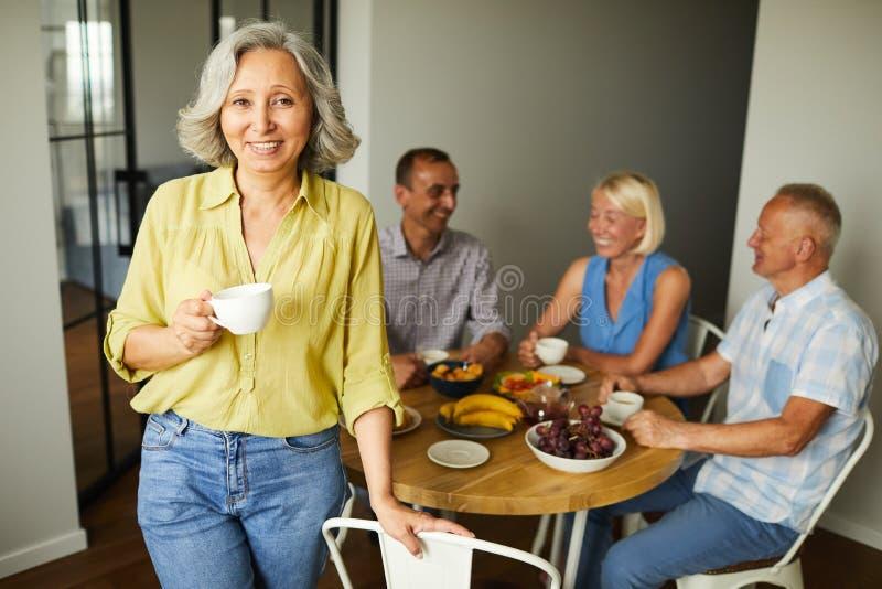 Elegant hög kvinna som poserar med vänner fotografering för bildbyråer