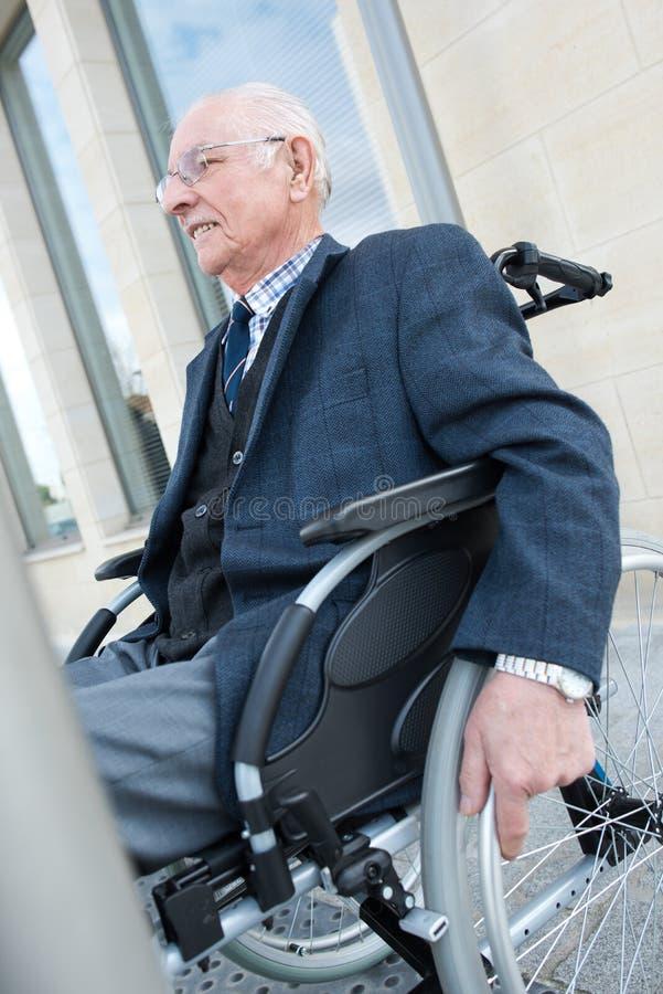Elegant hög man i rullstol royaltyfria bilder