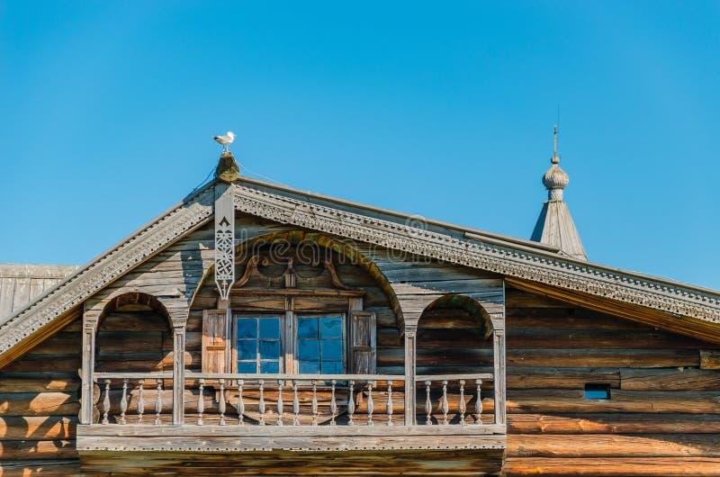 Elegant houten balkon Fragment van de voorgevel Oud traditioneel boerhuis in het noorden van Rusland Kizhi, Rusland stock foto's