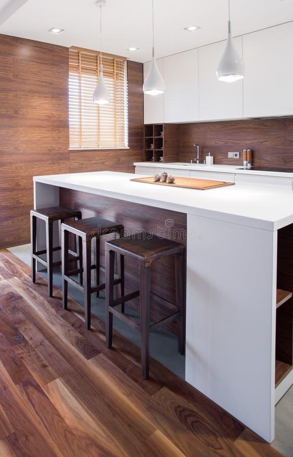 Elegant houten keukenbinnenland royalty-vrije stock afbeeldingen