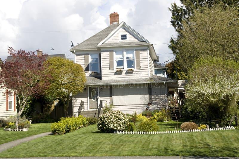 Elegant huis met unieke voorwerf stock afbeelding