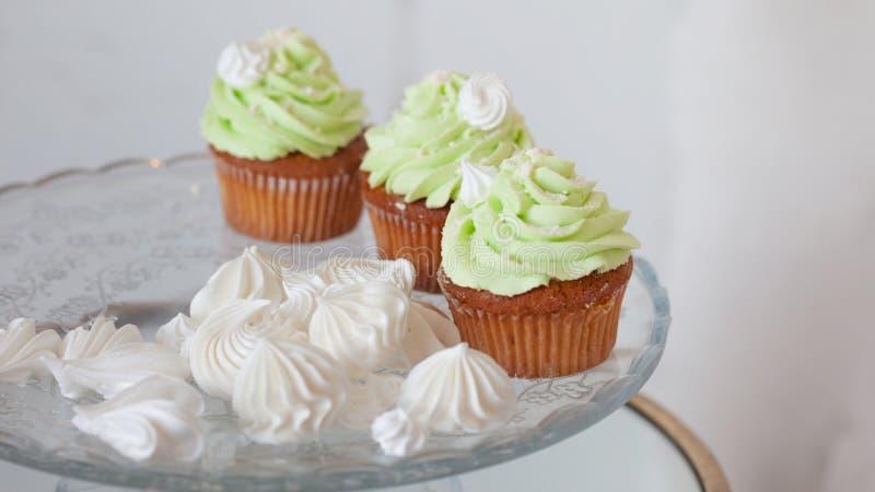 Elegant huwelijksstilleven Het feestelijke snoepje behandelt voor gasten, cupcakes en desserts stock fotografie