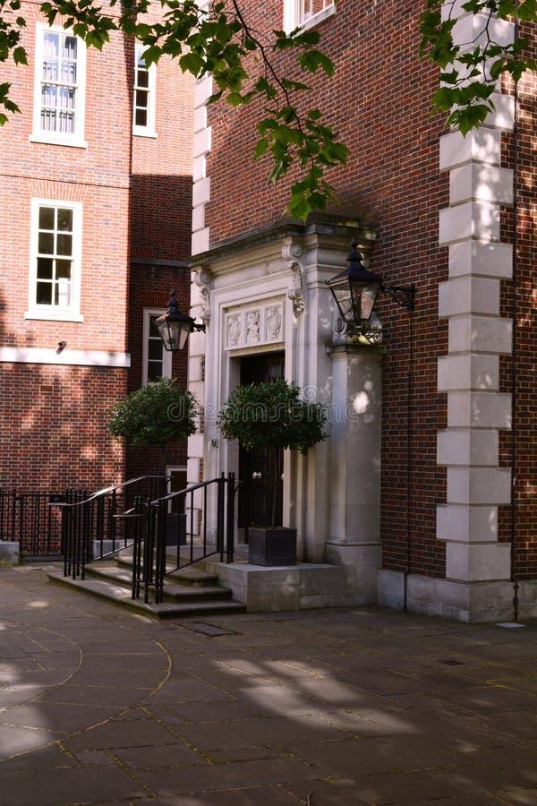 Elegant ingång för byggnad för röd tegelsten med trappa, nära tempelkyrka, London royaltyfri bild