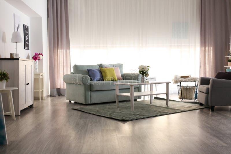 Elegant inre av vardagsrum med den bekväma soffan och fåtöljen royaltyfria bilder