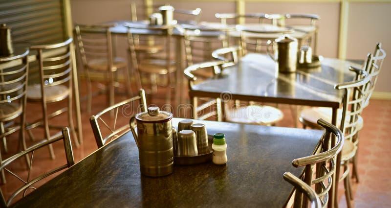 Elegant inredesign av ett restaurangmaterielfoto royaltyfri foto