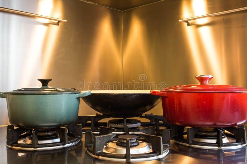 Elegant kök för seminariummatlagning i hotell har en utrustninglyx- och closeupkruka på gasugnen som har brand royaltyfri foto