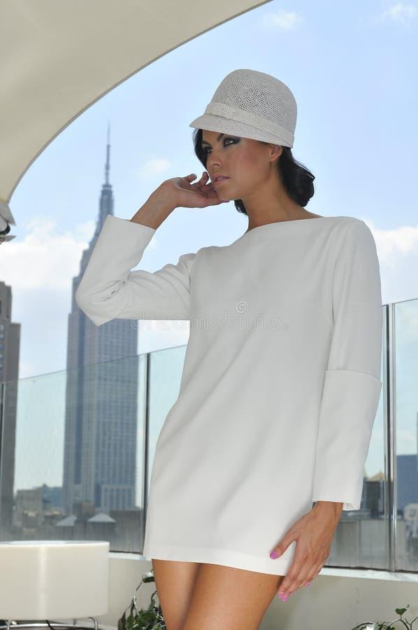 Elegant klänning för sömnader för modemodell bärande vit fotografering för bildbyråer