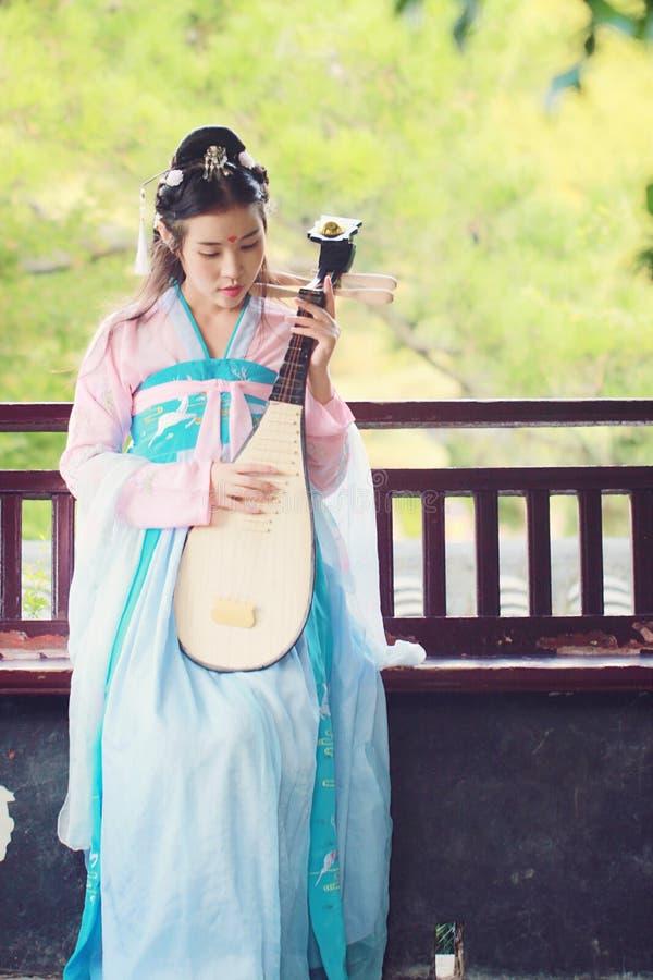 Elegant kvinna i gitarr för pipa för luta för kinesisk traditionell forntida dräktlek för drama kinesisk royaltyfri foto