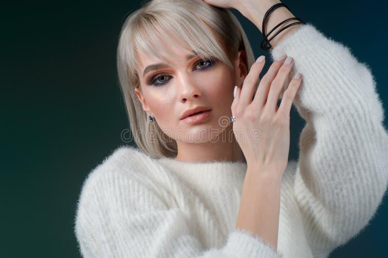 Elegant kvinna med aftonsmink foto för smycken för konstskönhetmode bedsheetmode lägger förföriskt vitt kvinnabarn för foto royaltyfria bilder