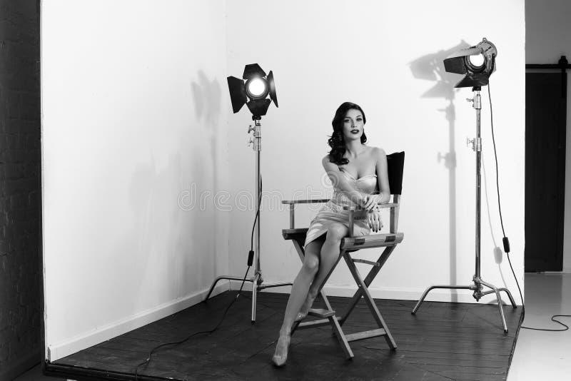 Elegant kvinna med den klassiska hollywood vågen royaltyfria bilder