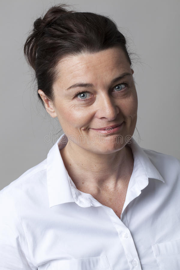 Elegant kvinna med den smarta vita skjortan som ler för gyckel arkivfoto