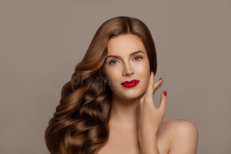 Elegant kvinna med långt rött sunt lockigt hår Nätt rödhårig manflicka, modeskönhetstående royaltyfri bild