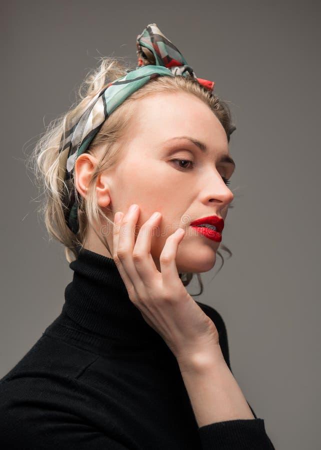 Elegant kvinna med röda kanter fotografering för bildbyråer