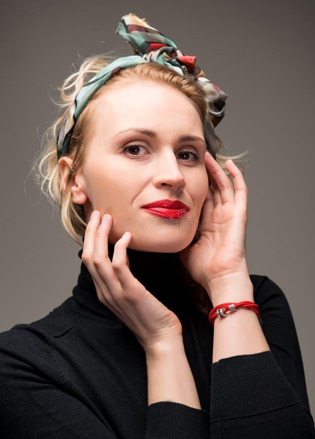 Elegant kvinna med röda kanter royaltyfria foton