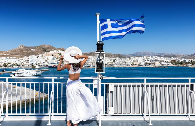 Elegant kvinna på en färja i Cycladesna av Grekland royaltyfri foto