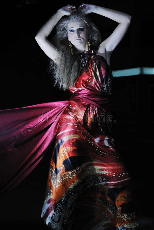 Elegant kvinna på stadsgatan på natten arkivfoton