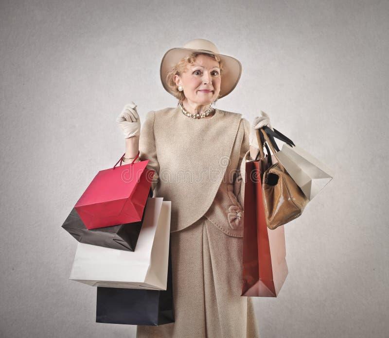 Elegant kvinna som gör shopping fotografering för bildbyråer