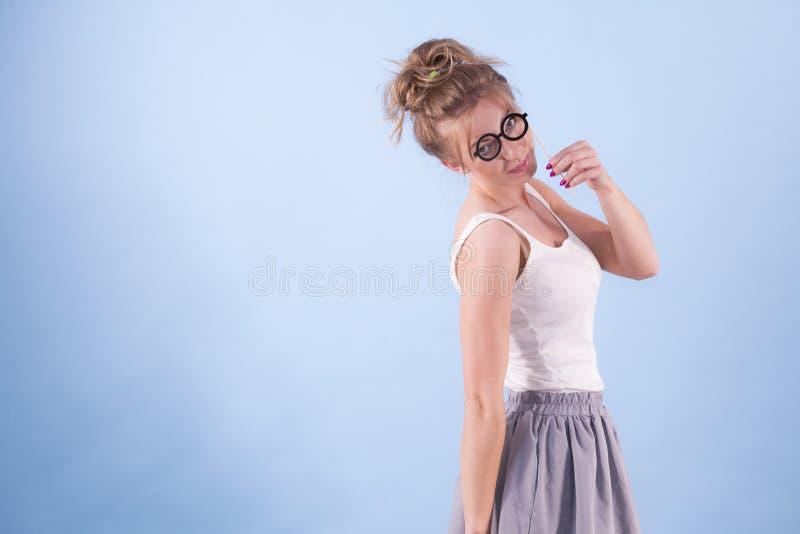 Elegant kvinna som l?tsar b?rande glas?gon arkivbilder