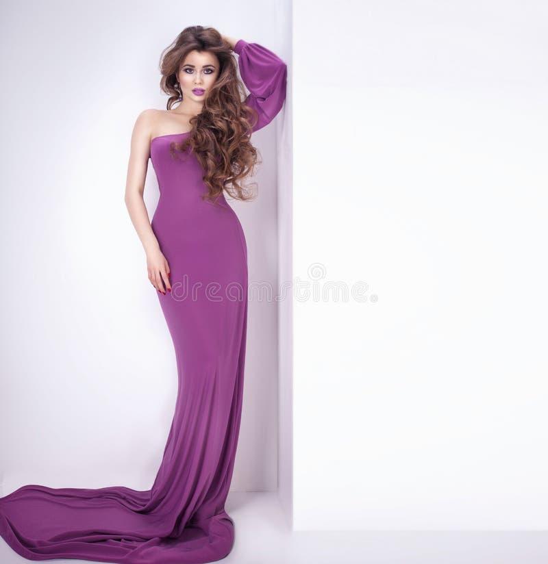 Elegant kvinna som poserar i studio royaltyfri bild