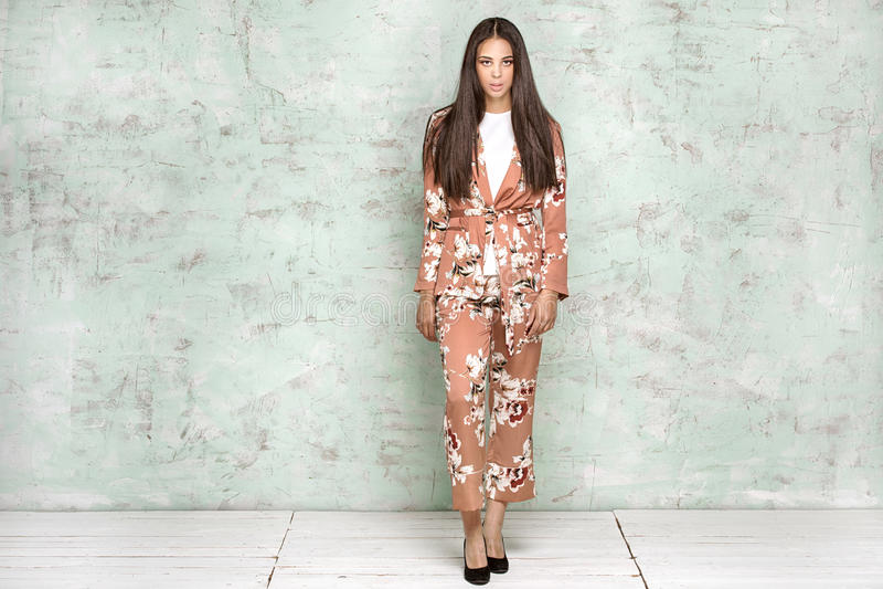 Elegant kvinna som poserar i studio royaltyfri foto
