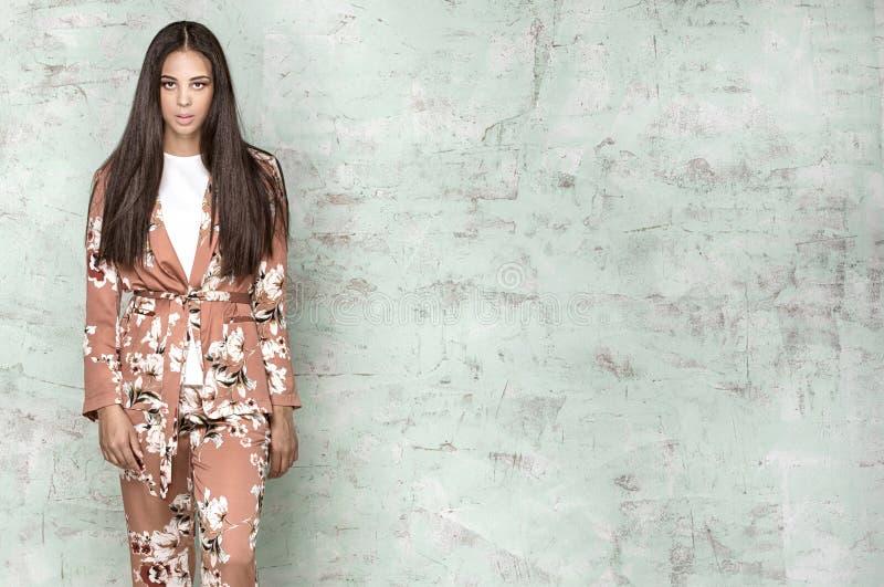 Elegant kvinna som poserar i studio arkivfoton