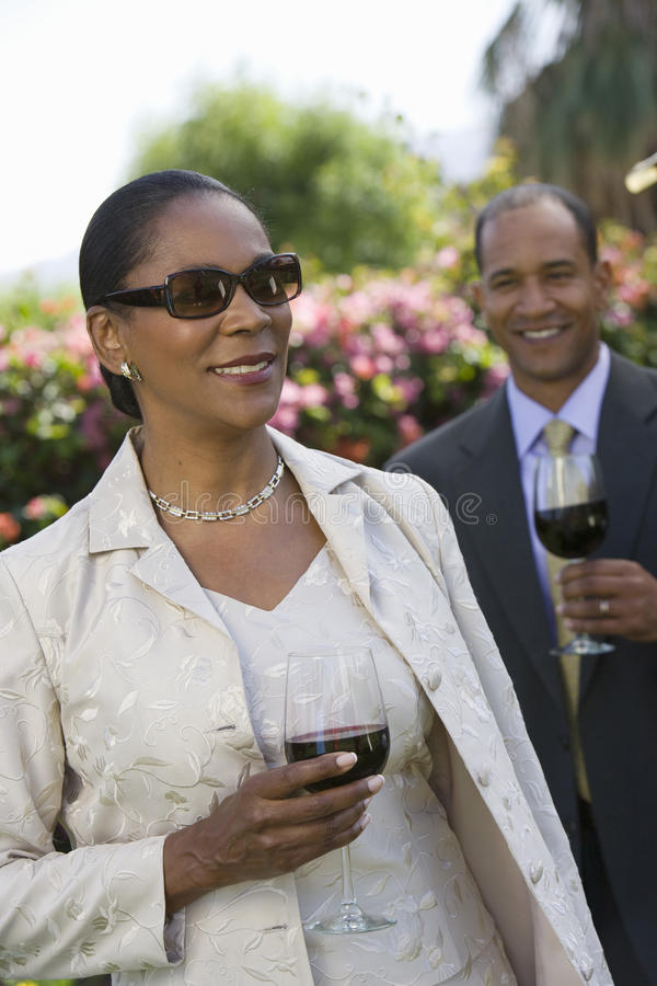 Elegant kvinna som rymmer ett vinexponeringsglas royaltyfri fotografi