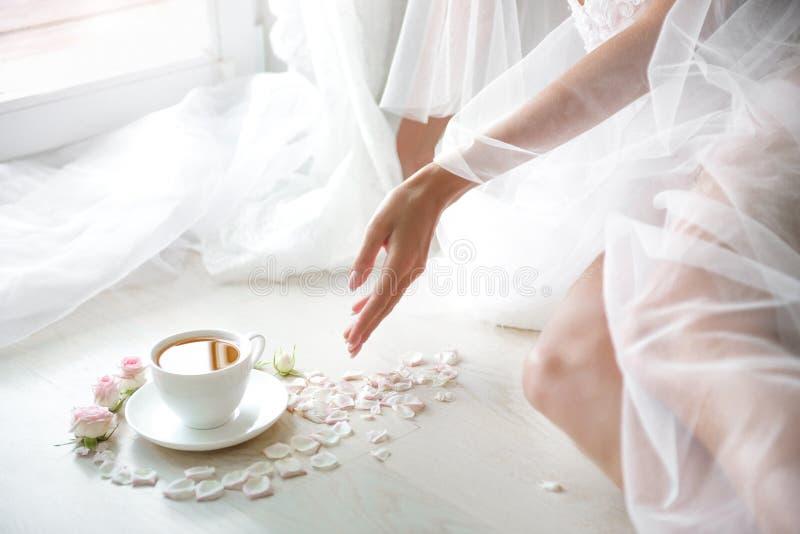 Elegant kvinnlig hand med fint dra för manikyr arkivbild