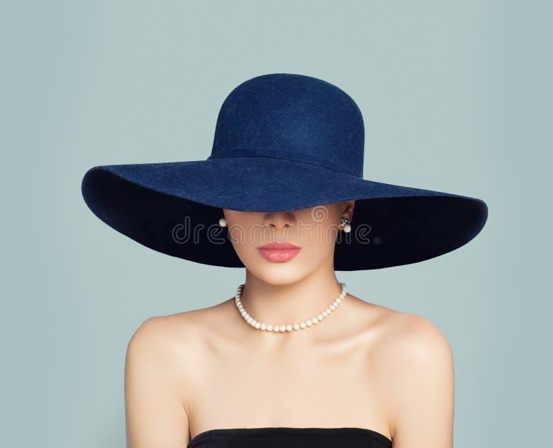 Elegant kvinnlig modell i den blåa hatten, klassisk stilmodestående arkivfoto