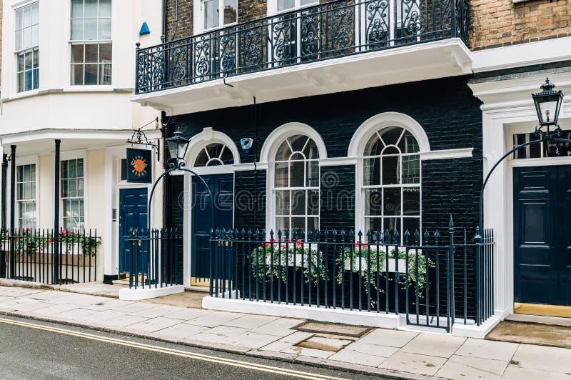 Elegant lägenhethus i London arkivbilder