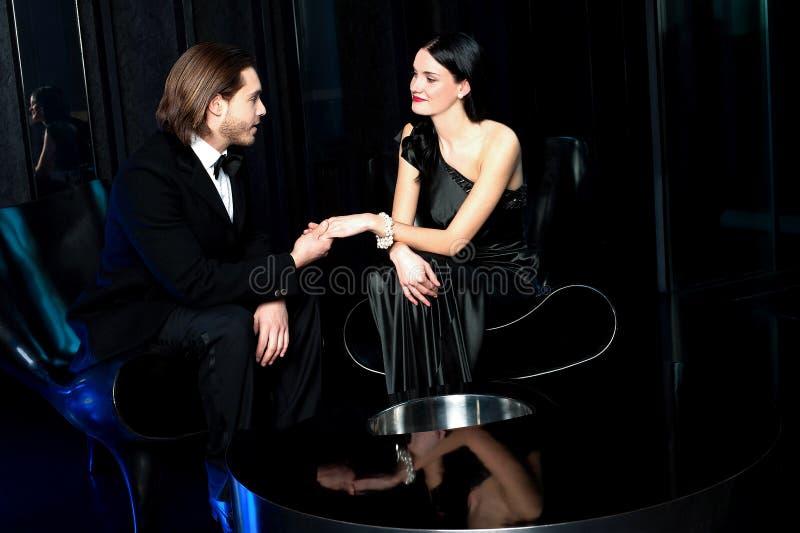 Elegant liefdepaar in een luxerestaurant stock fotografie