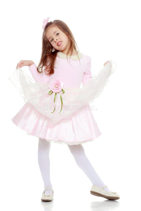Elegant liten flicka i en rosa klänning royaltyfria bilder