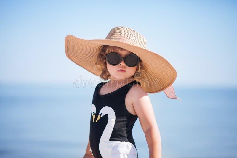 Elegant litet barnflicka på stranden royaltyfri fotografi