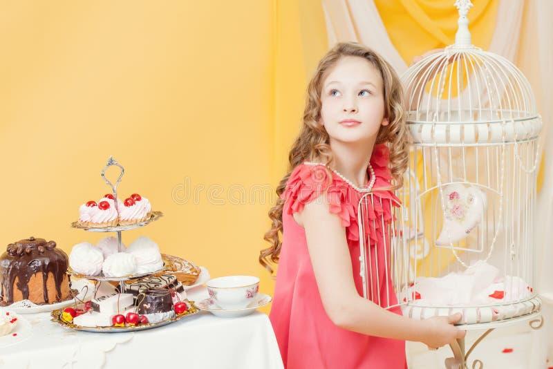 Elegant lockig flicka som poserar i festlig inre arkivfoto