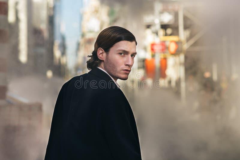 Elegant lyckad affärsman som bär det klassiska omslaget, och dräkt som går i New York City över gataånga arkivfoto
