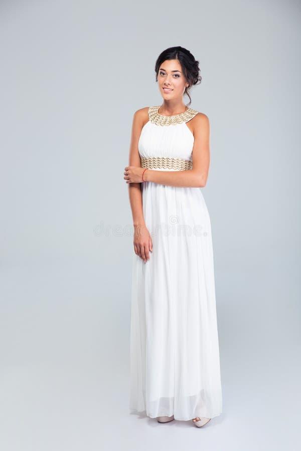 Elegant lycklig kvinna i den vita klänningen royaltyfria foton