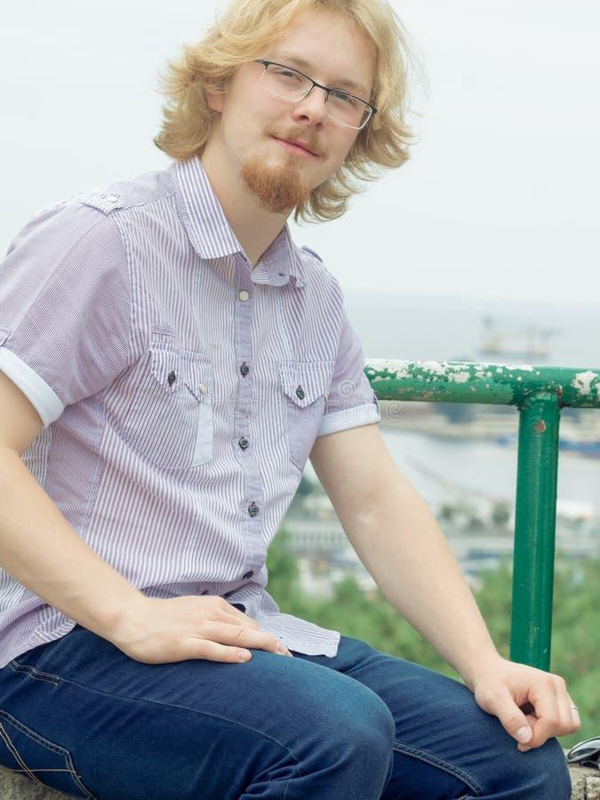 Elegant man i den utomhus- skjortan royaltyfri bild