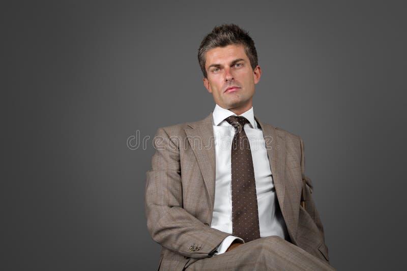 Elegant man med intensiv blick arkivfoton