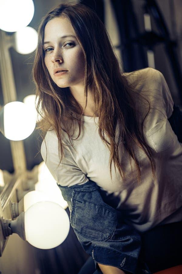 Elegant, manier, modeconcept Sproeten het donkerbruine vrouw stellen stock foto