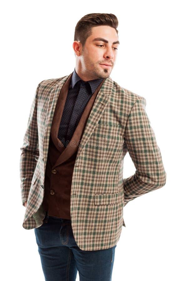 Elegant manlig modell som bär det rutiga dräktomslaget arkivfoto