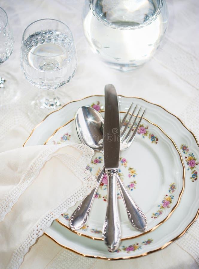 Elegant matställeuppsättning med silverkniven, gaffeln och liggande acros för sked royaltyfri foto