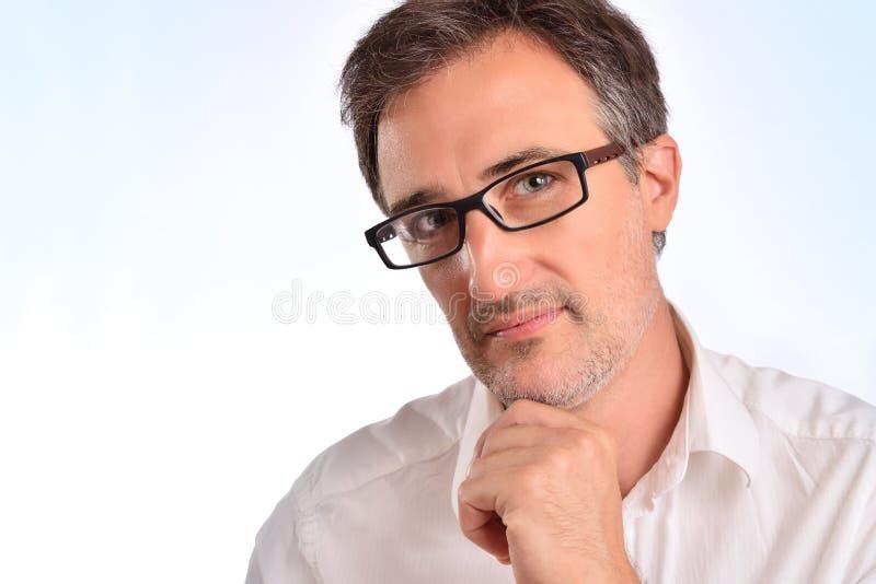 Elegant medelålders man med exponeringsglas och den vita skjortacloseupen arkivbilder