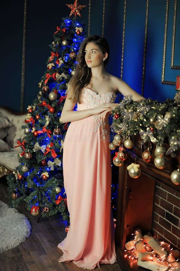 Elegant meisje in een roze lange avondjurk royalty-vrije stock afbeeldingen