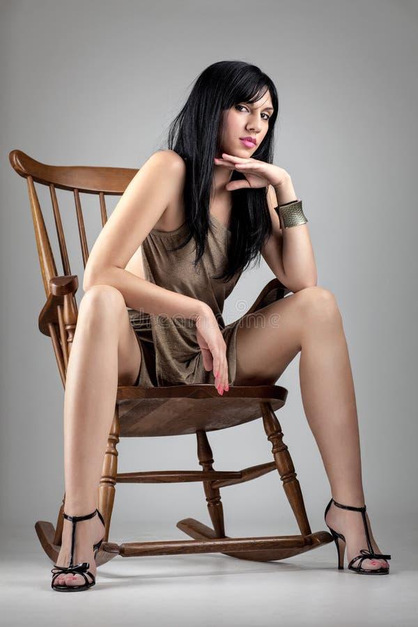 Elegant meisje op een schommelstoel stock afbeeldingen