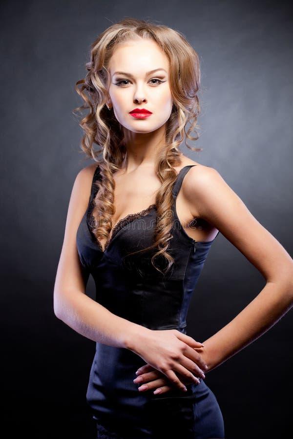 Elegant meisje in sexy zwarte kleding royalty-vrije stock afbeeldingen